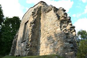Klostret var byggt av kalksten och sten från klostret går att återfinna i Edsbergs Kyrka.