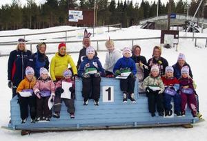 Barnen i skidleken fick på avslutningen sina diplom och känna på prispallen på skidstadion i Åsarna.