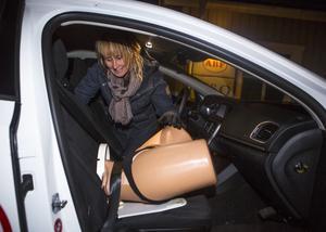 Maria Dahlberg, barnmorska, visar prov på en bilförlossning för ett par veckor sedan under ABF:s kurs. Nu har det hänt i verkligheten. Emma Andersson från Graninge födde en dotter i bilen på vägen mellan Graninge och Örnsköldsvik.