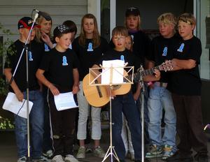 Sjöng om skolan. Felix Nilsson (med gitarren) hade skrivit en egen text om skolan som han framförde tillsammans med sina klasskamrater.