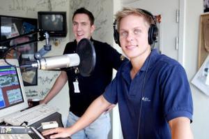 Programledarna Niklas Axelsson och Dan Jerzewski gläds åt framgångarna för Rix FM Sundsvall och Radio Guld. Den förstnämnda har nu gått om P4 och den andra har passerat P3 i Sundsvallsområdet.