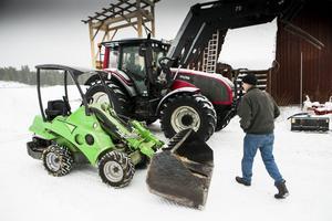 Stig Tjernberg ersätter stora traktorer med små.