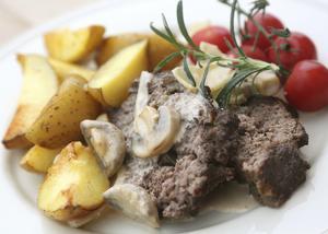 Köttfärslimpa med jägarsås är inget påhitt. Rätten finns i det franska köket där den spetsas med vinäger och kryddas med dragon. Här i en mildare variant.