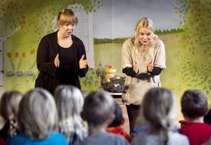 Sara Fridholm och Stina Zacco från Skottes musikteater höll en livfull föreställning i gymnastiksalen på Västra skolan.