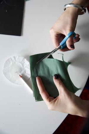 4. Klipp ut 24 st rundlar av silkespappret. Vi gjorde cirklar i 9 cm i diameter.