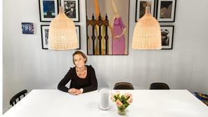 """Inredningsarkitekt Katarina Rasmusson visar heminredningskonstens grunder med hjälp av sitt eget hem. I vardagsrummet har hon en mjuk och snygg matta som ger bättre akustik och delar in rummet på ett effektivt sätt. """"Den ljusa mattan ger fina kontraster till den mörka soffan"""", säger Katarina Rasmusson."""