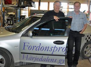 Dan Axelsson och Hans Johansson är glada över att Härjedalens gymnasium kan erbjuda eleverna möjligheten att gå transportprogrammet i Sveg redan till hösten.