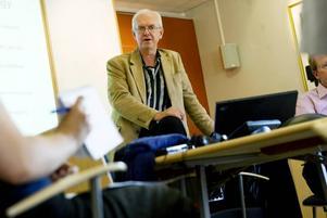 Anpassningar krävs. Peter Gossas, vd för Sandvik Materials Technology som är största arbetsgivaren i Sandviken, kan inte utesluta fler varsel. Han uppger att det inom SMT utan diskussion krävs ytterligare anpassningar.