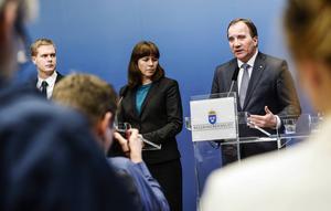 Regeringens Gustav Fridolin (MP), Åsa Romson (MP) och Stefan Löfven (S) håller presskonferens i Rosenbad efter mötet med Alliansens partiledare sent på tisdagen sedan Sverigedemokraterna bestämt sig för att rösta på Alliansens budget.