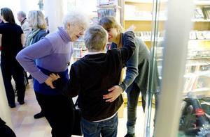 vernissage. Emil Lindborg var stolt över rymdutställningen på Bomhus bibliotek som han gärna visade för sin mormormors, Siv Hedman, och mamma Anna Lindborg.