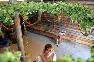 I taket hänger stora kronor av både gräs och papperskonst.