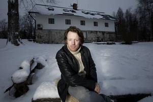 Hemma. Artisten och Gävlesonen Fredrik Swahn utanför hemmet i Stjärnsund.