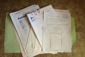 Paddock-ärende. Trots att byggförvaltningen inte kräver några handlingar för paddocken, har mappen med dokument rörande ämnet blivit ganska tjock.