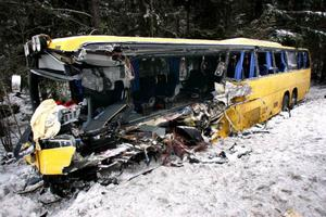 När chauffören, som körde för Jämtländska bussbolaget KR-trafik, kolliderade med en mötande linjebuss morgonen den 27 februari 2007 dödades sammanlagt sex personer medan över 20 personer skadades. I går friades chauffören av Svea hovrätt.