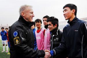 Idrott har alltid varit en stor del av Åke Roghes liv. Här passar han på att prata med afghanska fotbollsspelare.