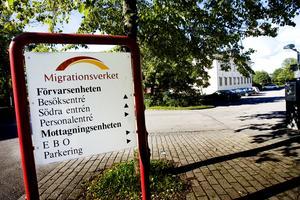 Migrationsverket informerar asylsökande om svensk sjukvård vid två tillfällen när de precis kommit till Sverige.