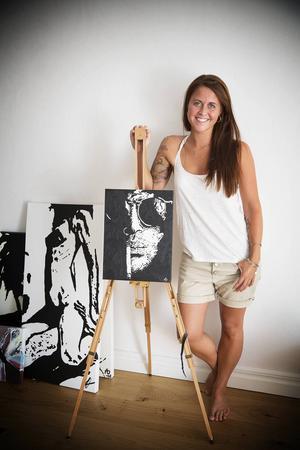 Några tavlor har Annica Olsson hemma, men de flesta målar hon på beställning. Hon tar fram foton på personer, bildbehandlar dem och målar sedan av dem.