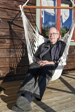 En solig vårdag i februari laddar Jan Chorell batterierna, både sina egna och husets solceller.