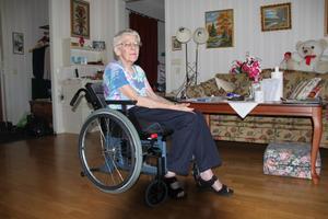 Alva Dahlin bor i en lägenhet i Sörberge och kan inte ta sig ut själv med sin nya rullstol.
