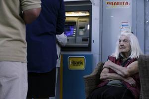 Grekiska pensionärer försöker desperat få ut en del av sina pengar. Pierre Gilly går igenom vad som egentligen försatt dem i den här situationen.