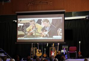 Videon som visar Henrik Engblom och Anders Toresson när de som unga spelade i en kyrka.