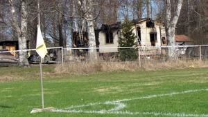 Huset blev totalförstört vid branden. Polisen misstänker att branden var anlagd.