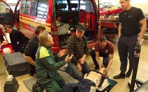 Ambulanssjukvården Dalarna, här representerad av Leif Jakobs, ger kontinuerligt brandmännen i Gagnefs kommun utbildning, handfasta råd och information om sjukvårdsnyheter. Bilden tagen i Björbo under en övning ifjol. Foto: Kent Olsson/Arkiv/DT
