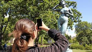 Amelia Andersdotter tar en bild av statyn Snöklockan i Falun. Snöklockan är skapad av Per Hasselberg och tillföll kulturallmänningen 1966.