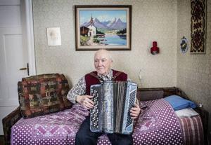 90-årige spelmannen Johan Andersson från Kälarne har komponerat 154 låtar och gett ut nio egenproducerade skivor med dragspelsmusik.