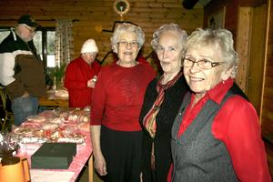 Supportrar. Gunhild Törnblom, Mary Sundin och Elsa Nilsson i Hällefors orienteringsklubbs supporterklubb är några av dem som håller i trådarna för årets julbasar.