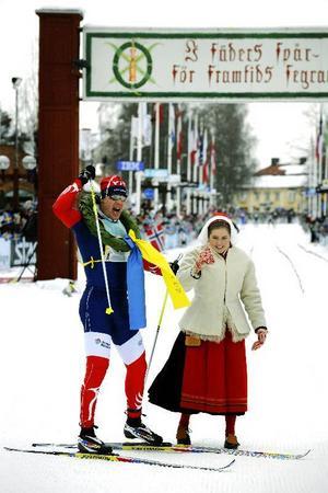 Kranskullan Sandra Brander och den segraren Daniel Tynell jublar       efter målgång.