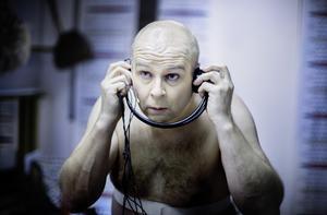 Med ett flertal karaktärer att hålla i huvudet har Mats Eklund fullt upp mellan bytena bakom scenen.