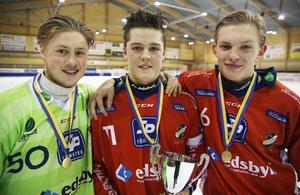 Oscar Wikblad tillsammans med målvakten Hampus Lindén och Joel Willhelmsson efter P20-lagets seger i Svenska Cupen 2016.