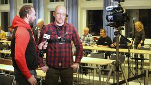 Nazisterna Pär Sjögren från Borlänge och Pär Öberg från Ludvika intervjuade varandra inför kommunfullmäktige i Ludvika. Under mötet hävdade Öberg att de andra partierna trakasserar honom och hans organisation NMR. Missnöjet med att NMR blev blåsta på IOGT-NTO-huset i Sunnansjö gick inte att ta miste på.
