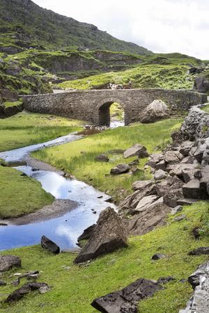 Natur och stenbro i Gap of Dunloe, belägen i Killarneys nationalpark.