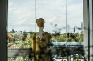 Man eller kvinna? Skulpturen som väcker uppmärksamhet där den står på balkongen är en androgyn skapelse.
