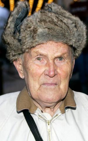 John-Paul Persson,85 år, Hallen:– Nej, varför ska man ha broddar? Den här gamla gubben har gått så mycket i sina dagar så att han vet var han ska sätta ned fötterna. Men jag går med stavar.