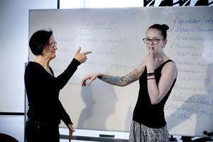 Självförsvar. Febe Ågren och Christine Eckers visar vad de lärde sig på temat självförsvar under övernattningen i Karlskoga. Christine förklarar att om tungan ligger mot gommen så får man mer kraft i armen. Foto: Robban Andersson