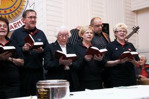 Sångarskaran från frälsningsarmén var också med och sjöng under kvällen.
