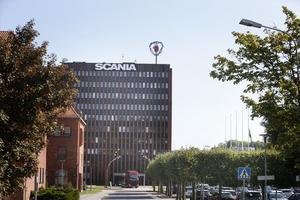 Vid Scanias huvudkontor vajade flaggorna under måndagen på halvstång efter den arbetsplatsolycka som inträffade under helgen.