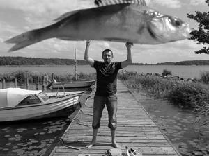 När en storfiskare talar om hur stora fiskar han fått , då räcker inte armarna inte till. Bilden tagen tillsammans med min styv far på en fiske tur i Mälaren.