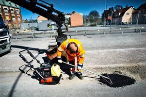 Hål i asfalten lagas på Folkungagatan