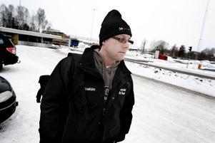 """""""RIMLIGT"""". Metallaren Joakim Söderqvist, som jobbar på Sandvik Materials Technology, tycker att gårdagens krisuppgörelse låter rimlig om den kan rädda kvar jobb.Foto: David Holmqvist"""
