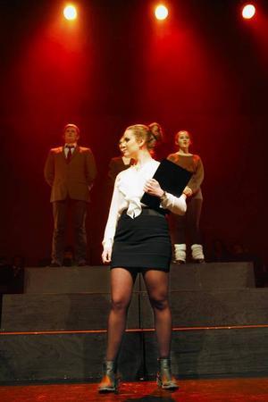 Olivia Lundin gör engelskfröken Mrs Sherman, sträng och bestämd men med ett varmt hjärta innanför den nystrukna blusen.