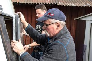 En man i Hofors skänkte en bakruta men den var inte helt lätt att få på plats och Ronnie och Lars Sundqvist hade fullt upp med att få den riktigt tät.
