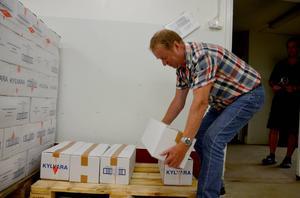 Ungefär 100 burkar surströmming går det åt på Oskarsgalan, 5 kartonger blir det för Börje Fröberg att bära.