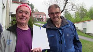 Georg Witthoff och Tommy Eriksson i hyresgästföreningen samlar krafter för att sätta stopp för de planerade Attefallshusen ovanför Björkbackaparken.