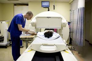 Vid nukleärmedicinska undersökningar injiceras patienten med en låg dos av ett radioaktivt ämne.