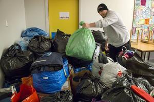 – Humanitärt arbete är rock´n´roll, tycker Stefan Svärd och slänger upp ännu en säck med inlämnade kläder.