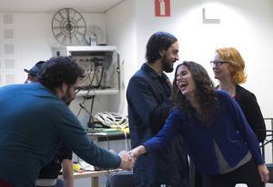 Det var många kära återseenden mellan skådespelare och övriga medverkande under kollationeringen, här syns Erik Stern och Ana Gil de Melo Nascimento.